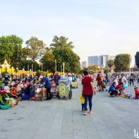 Sunday crowd between the river and the Presidential Palace.